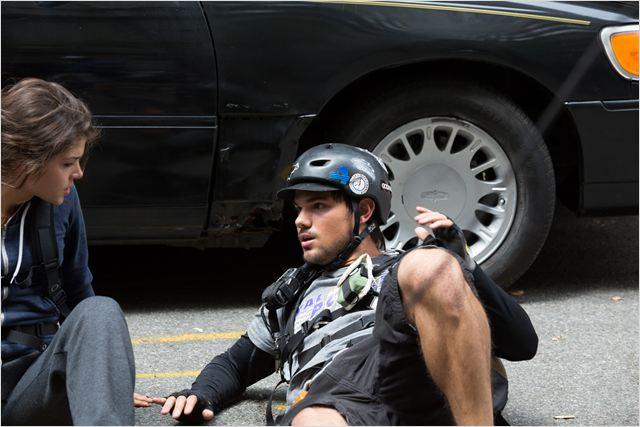 """Lautner y la actriz Marie Avgeropoulos en """"Tracers"""""""
