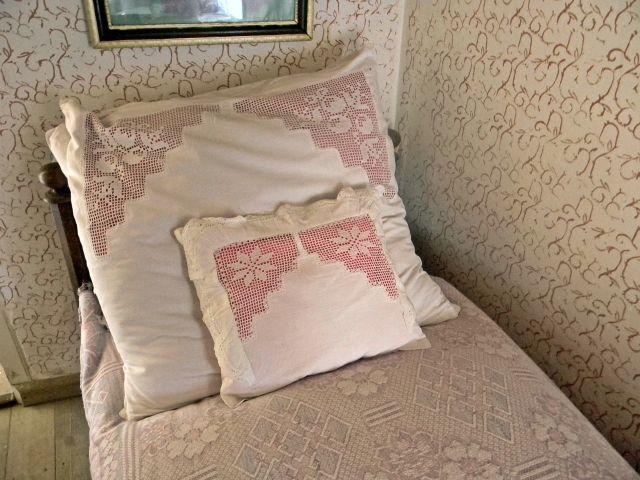 łóżko, poduszka, ściany, skansen