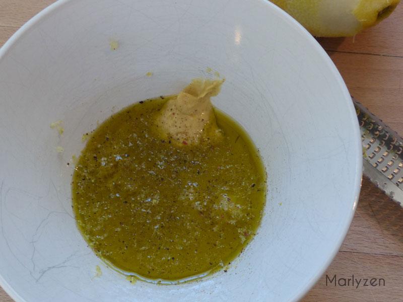 Mélangez tous les ingrédients de la vinaigrette au citron.