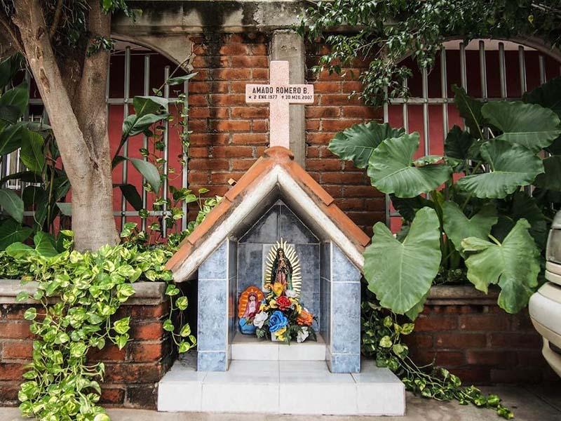 Fotograf as de cruces y recuerdo de los grandes narco y for Capillas de velacion jardin de los pinos