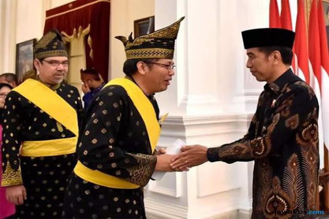 Jokowi Diberikan Gelar Adat Melayu, Panglima Laskar Melayu Kecewa