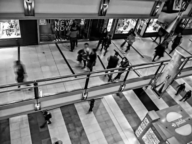 Blanco y negro.Persona en interior del shoping.