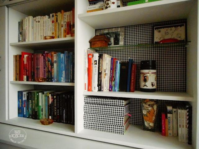 biblioteczka ułożona kolorami