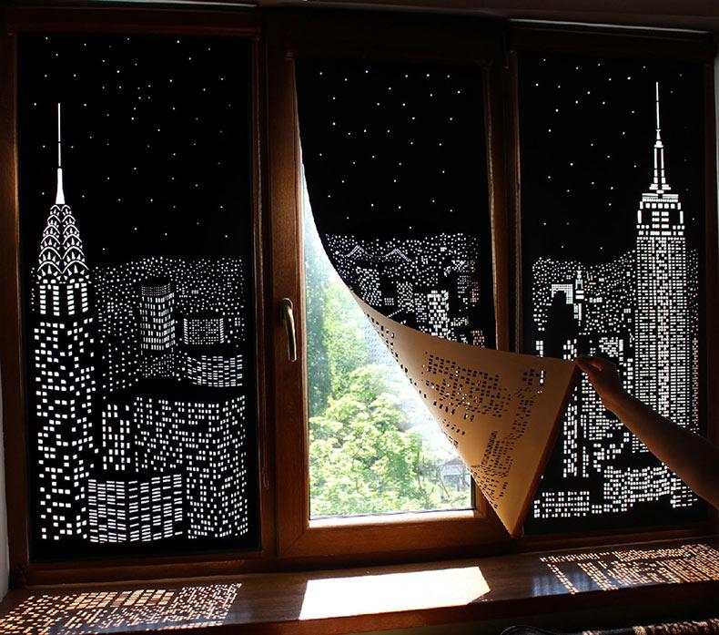 Edificios y estrellas cortados en cortinas oscuras convierten tus ventanas en paisajes urbanos nocturnos