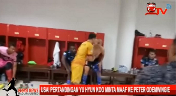(Video) Waduh! Usai Bentrok dengan Odemwingie, Pemain SFC ini Langsung Menghampirinya di Ruang Ganti