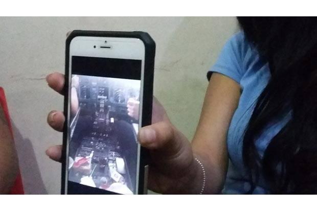 Seorang wanita berinisial AR, memperlihatkan foto kru pesawat Lion Air diduga melecehkan dalam kokpit saat pesawat itu terbang