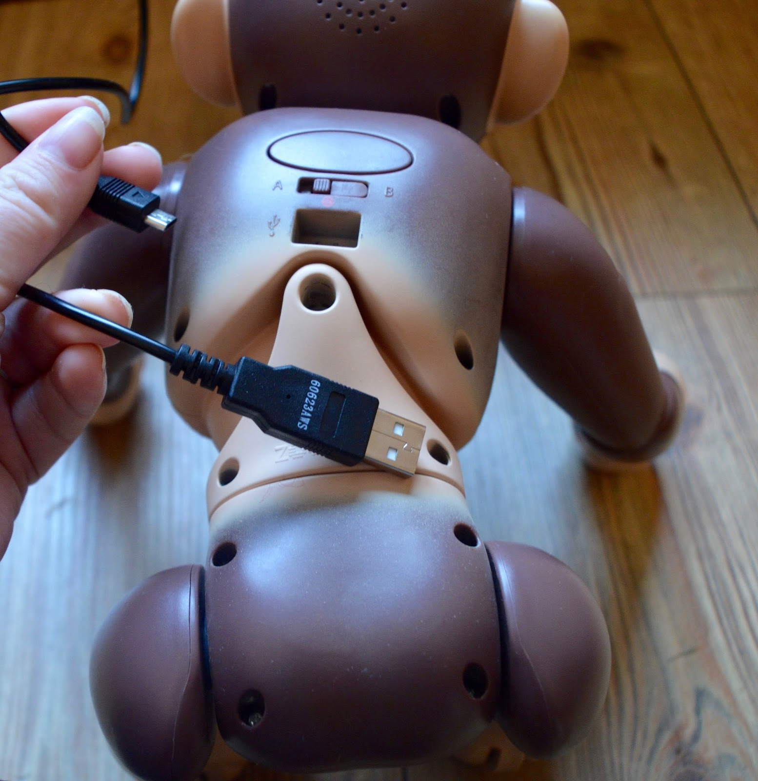 Zoomer Chimp Review | recharge with USB charger included