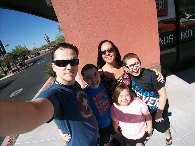 Cyndi Holland e sua família desfrutando momentos alegres