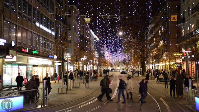 maxresdefault%2B%25283%2529 - Jalanan Di Dunia Yang Paling Oke Buat Kamu Yang Hobi Shopping