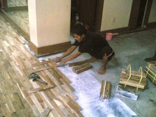 proses pemasangan lantai kayu Jati di salah satu rumah di Bintaro