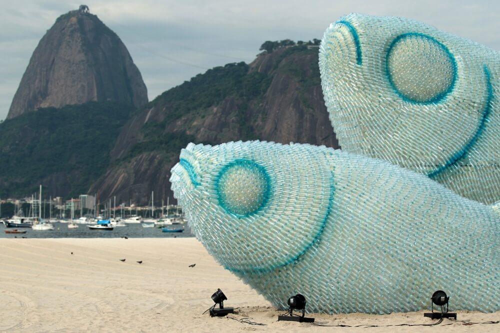 نحت مصنوعة بالكامل من الزجاجات البلاستيكية على أحد شواطئ ريو دي جانيرو
