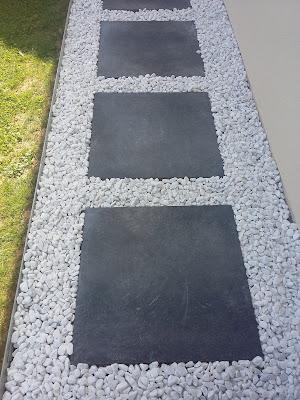 dalle galet allée gravier pas japonais dalle grise décoratif blanc bordure métal chemin anthracite