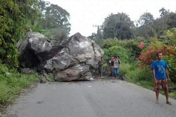 Batu besar yang menutup jalan ke Madina.