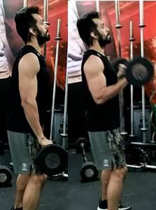 Ejercicio con barra de pie para trabajar los músculos tríceps braquiales