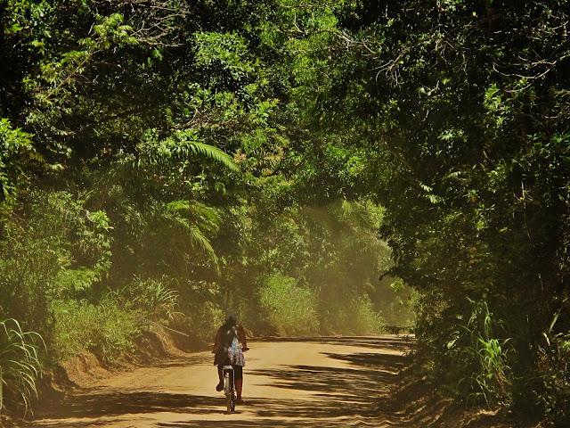 Passeio de bike para Riacho Doce, a partir de Itaúnas, no Espírito Santo.