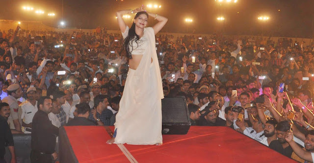Faridabad city hanging till late night at the famous dancer Sapna Chaudhary's hanging