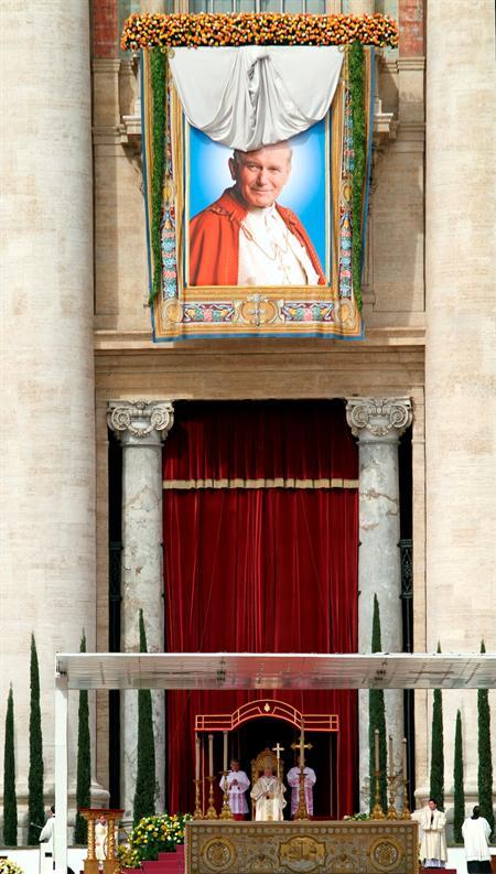 Resultado de imagen de benedicto xvi beatifica a juan pablo ii