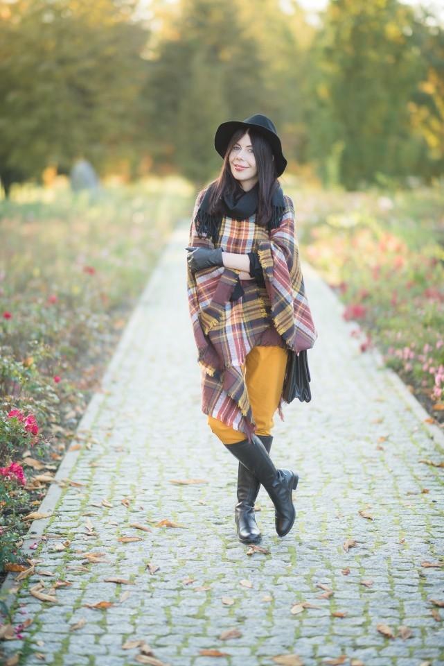 Gosia Baczyńska dla drogerii Rossmann | kapelusz G by Baczyńska | ponczo w kratę | krata | kolory jesieni | jakie kolory nosić jesienią | stylizacja na jesień | stylizacja z kapeluszem | blog o modzie | blog modowy | blog szafiarski | blogerka z Łodzi