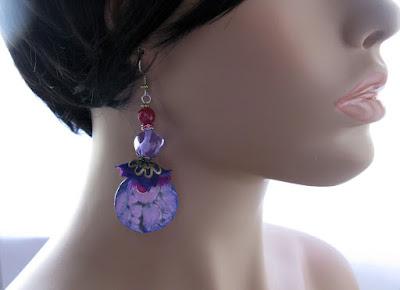 Trage Beispiel: Lila Ohrringe aus Glas und Polymer Clay