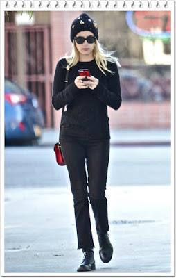 エマ・ロバーツ(Emma Roberts)は、ジェニファー・ベア (Jennifer Behr)のビーニー、ワービーパーカー (Warby Parker)のサングラス、ラルフローレン (Ralph Lauren)のカシミアセーター、エムシーエム (MCM)のクロスボディバッグを着用。