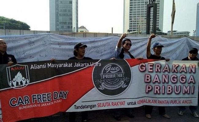 """Pendukung Gubernur DKI Jakarta Anies Baswedan AMJU menggelar demonstrasi """"Gerakan Bangga Pribumi"""" di CFD."""