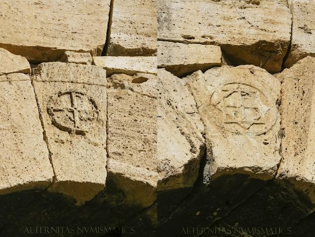 Dovela clave con símbolos cristianos