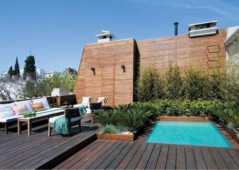 una piscina en la terraza