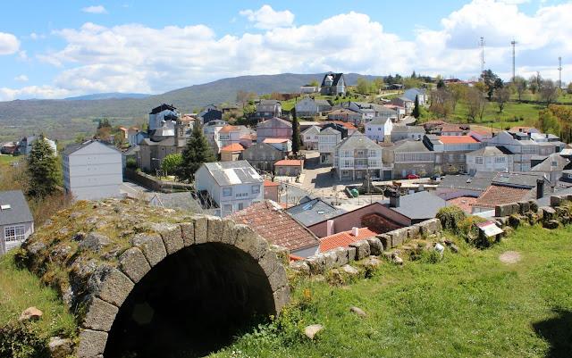 El pueblo de Castro Caldelas se encuentra en una colina del río Edo, afluente del Sil en Orense