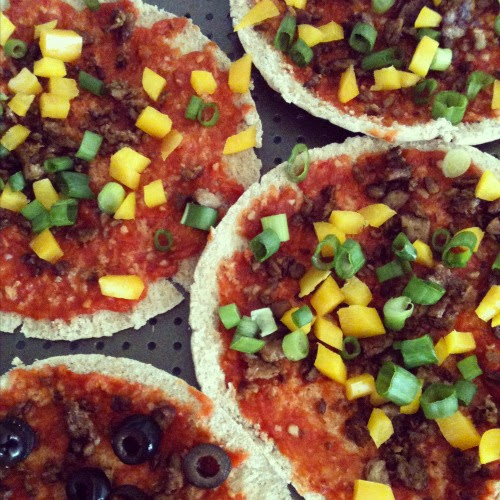 meals, simplified: veggie pita pizzas