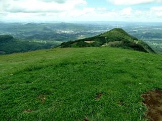Morro da Asa Delta (primeiro plano) e Morro da Fé (ao fundo), em Igrejinha.