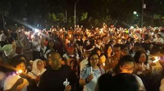 Akhiri Aksi, Pendukung Ahok Nyalakan Lilin di Balai Kota