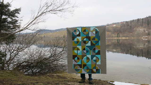 Luna Lovequilts - Retro, a finished quilt with improv curves - Lac Brenet