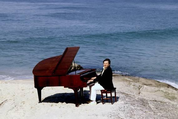 Tom Jobim Rio de Janeiro, piano sobre Arpoador