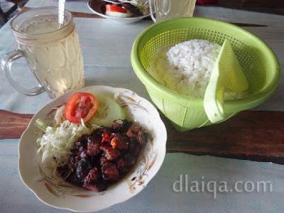 1 porsi sate kambing, nasi dan jeruk hangat