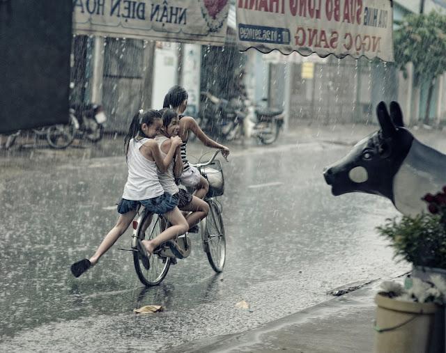 niños que disfrutan bajo la lluvia, relacionandose