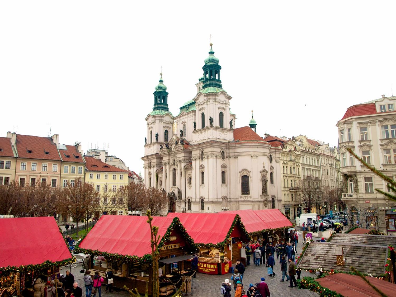 Iglesia de San Nicolas y mercado en Staroměstské náměstí