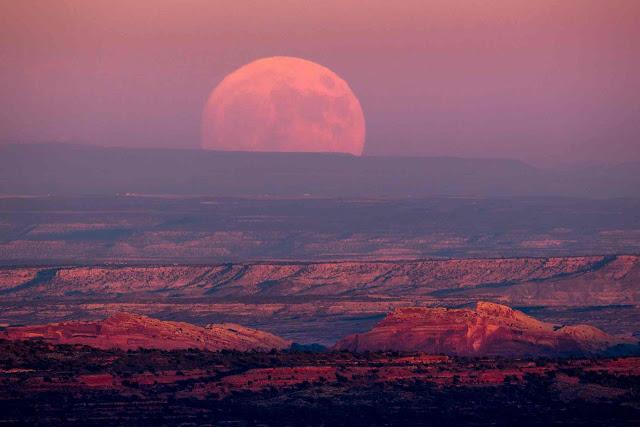 Mặt Trăng đang mọc lên từ Thung lũng Gods gần khu vực Mexican Hat thuộc bang Utah, Hoa Kỳ. Hình ảnh: Jim Lo Scalzo/EPA.