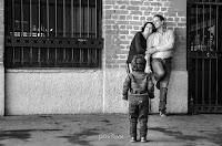 Niño mirando a una pareja durante sesión de fotos. Backstage. Cristian Moriñigo