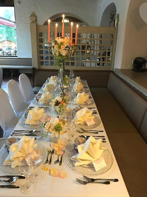 Hochzeitstafel, Tischdekoration, Regenhochzeit, Apricot, Lachs, Pfirsich, heiraten in den Bergen, Hochzeitshotel Riessersee Garmisch-Partenkirchen, Bayern, Hochzeitsplanerin Uschi Glas