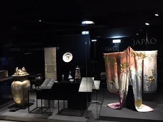 kimono, jarro e outros objetos do japão