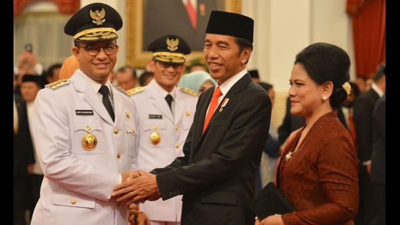 Jokowi dan Anies Baswedan bersalaman usai pelantikan