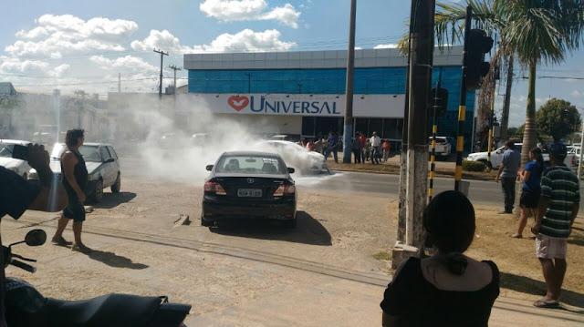 Carro pega fogo em via pública de Ji-Paraná