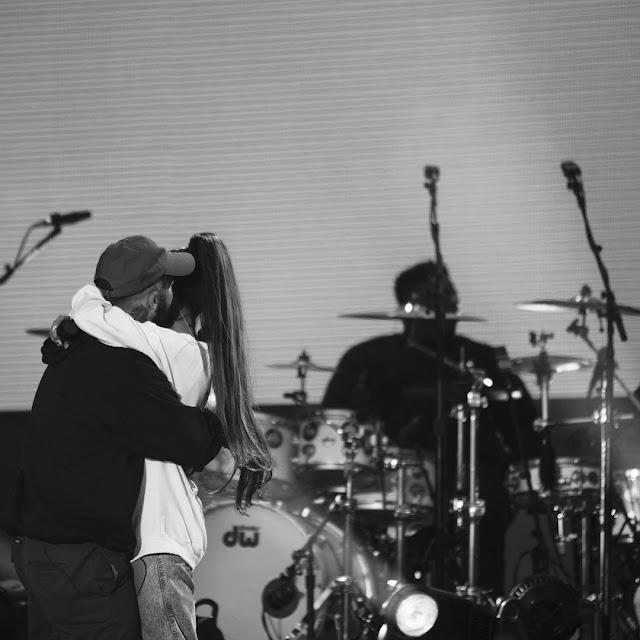 Ariana-Grande-hug-Mac-Miller