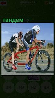 двое едут на велосипеде, тандем спортсменов двигается вперед