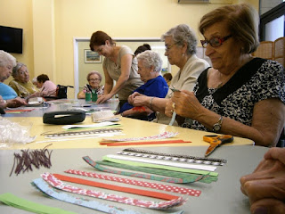 Usuàries d'Aviparc Centre de dia fent fanals de papers de colors