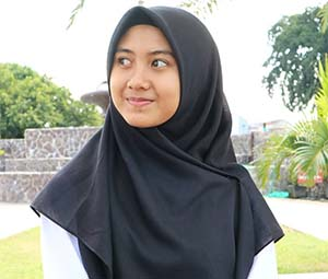 Alfina Nindiyani Pakai Hijab Hitam