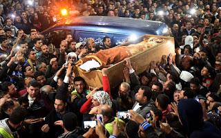 Uma multidão carregando o caixão do Sheik Cego em seu velório