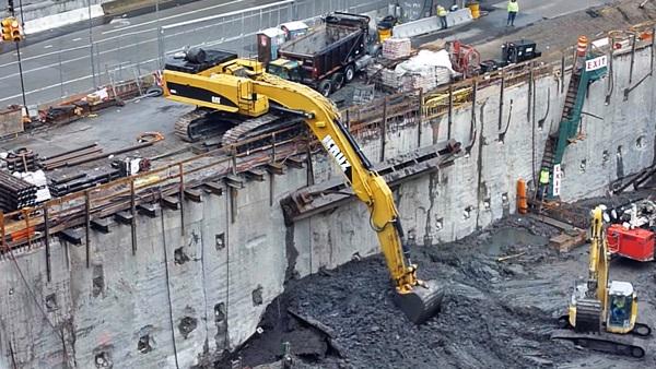 escavadeira cat 385c na obra