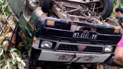 Hilang Kendali, Mobil Pick Up Bermuatan Kayu Besia Terguling Ke Jurang