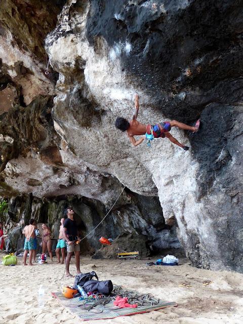 Porn en uno de los pocos escaladores tailandeses potentes de verdad. Éste chico, habla un poquito de español que ha aprendido de una reciente visita a España, concretamente a Barcelona donde pudo fogearse con la roca de Montserrat